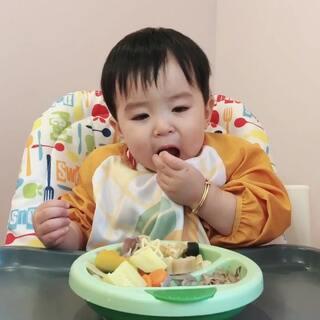 #宝宝##吃秀##余额宝吃辅食# 晚餐吃了意面,鸽肉,西葫芦,南瓜,胡萝卜,洋葱,娃娃菜,香梨。13个月19天。
