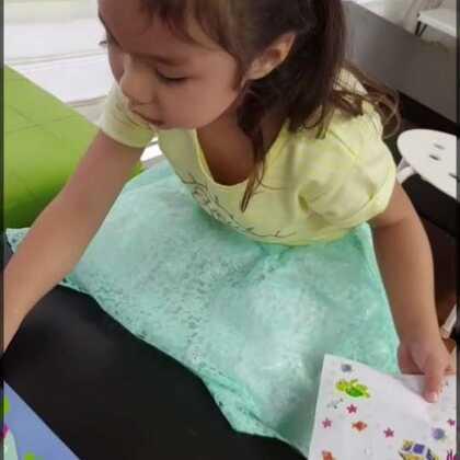特喜欢这本商店送的贴纸书,除了彩色的贴纸还有黑白的可以自己涂色贴。谁知道哪里可以买到啊?想多买几本留着自己玩儿😂 #宝宝#