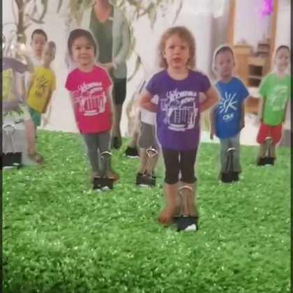 """本周幼儿园有家长活动,让家长们做半天小孩子,像孩子一样玩儿他们的玩具,体验和别的""""小朋友""""交流。后来还开研讨会讨论如何游戏。很有趣的体验!作为玩具控我是真的喜欢那些玩具,特地问了老师在哪里买😅还有幼儿园日志,每天更新和照片和录像发给家长,玩得蛮开心!#宝宝#"""