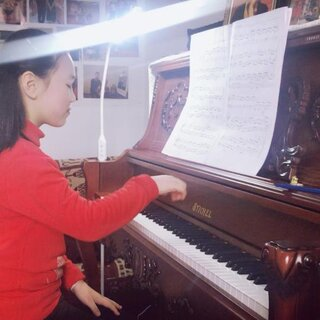 正月初八第一节课,乐妈和乐乐又从北京大老远来天津上课啦😁,感觉乐乐太适合弹巴赫的作品了,央院九级的英国组曲第三首吉格舞曲很有进步!希望别的曲子一块齐头并进呀!💪💪💪❤️❤️❤️#U乐国际娱乐##钢琴#