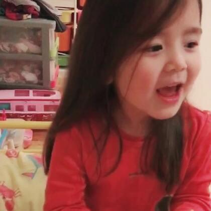 娜酱说英语,她的母语是荷兰语,不过他们几个都会说英文。#宝宝##精选##混血儿#