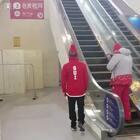 小伙有不一样的上楼方式!😂#精选##搞笑#