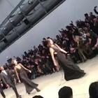 Trussardi 2018秋冬发布,从透视连衣裙,到格纹外套,都洋溢着青春气息~#米兰时装周##带你上热门#