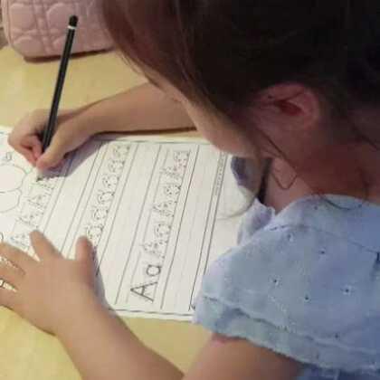 由于我一直抵触学龄前小孩子学写字,所以孩子们上学前都是文盲😂以前娜娜玩儿过许多接触字母的游戏,用橡皮泥木棍沙子盐之类的通过触感接触字母,可是从来没让她写过。最近可能是因为上幼儿园,狂迷写字,拦不住,这不没事儿就练上了。 #宝宝#