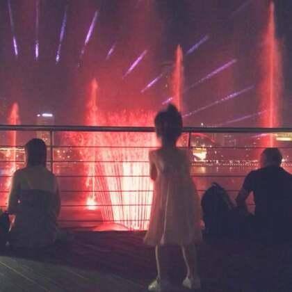 带爷爷奶奶在金沙看水上灯光秀,不知道是要看秀好还是看她好🤣#宝宝##新年新光彩#