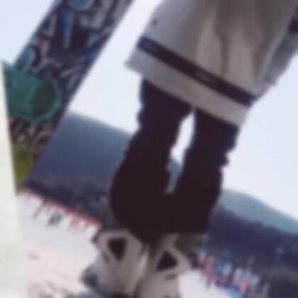 随着突发的摔伤,虽然只是伤了韧带筋络 但却告别了这个雪季——舞跳不了,雪滑不了 只希望自己能快点痊愈,要不我会被憋死!#单板滑雪#