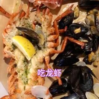 这是在韩国明洞吃的龙虾,味道还不错,和弟弟还有妈妈开心#大龙虾##韩国美食##吃秀#😍😘😘😘😘