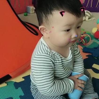 #宝宝##日记#今天现在活动范围已经扩大到整个客厅和厨房。现在站得稳了,不会往后摔,但是皮的不得了,自己把眉骨的地方磕肿了,也没听到他哭。怕我知道了会把他关起来在游乐场里面。