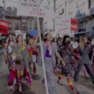 Chanel秀场变女权🍉,Cara开场大表姐刘雯到场应援! #大表姐刘雯##巴黎时装周##香奈儿chanel#