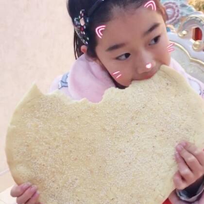 #吃秀##精选##宝宝#想学的收好了:酵母、面粉、一个鸡蛋、盐、鸡精、五香粉、少许油,材料酌情适量。发酵好的面团:撒芝麻-擀片-刷油-叉子插孔。烤箱180度烤12分钟(我家是大烤箱哈😁)非常简单。用料不用精确,很容易成功😉
