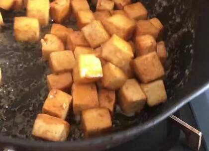 #美食# 豆腐新吃法,这样做出来的豆腐比肉还好吃,我家每隔两天就吃一次