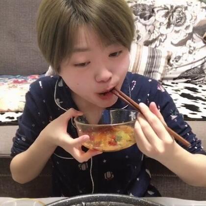 第二段的重庆话时间到💅💅💅关于吃火锅吃到流鼻血的一个事😂坚持双更的第二天 大家要给我点赞支持哟😚第二条你们听不懂的话不点也没关系 第一条要点哟 我不管 就是脸皮厚 要来的面子也是面子 强扭的瓜最甜👯👯#吃秀#