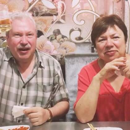 带着安妮的爷爷奶奶去撸串,俩老这对我大中华的串串赞不绝口啊,还有啤酒😉