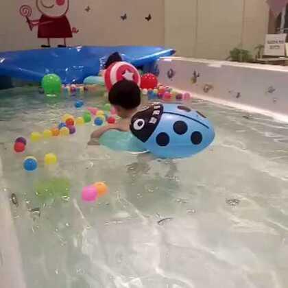 不发热了,来游泳。害怕,有了小姐姐的陪伴,变得勇敢啦!