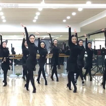 新年首发~ 小仙女们火热的ChaCha来一曲 集训后春季课程就正式开始啦 春暖花开 抓紧时节跳舞啊~