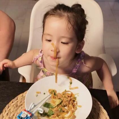 吃面吃出新高度🤣爷爷奶奶回去了,家里好空旷,是时候把Annie外婆接过来了😎#宝宝#