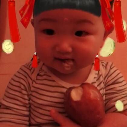 #宝宝#夏威夷果第一次自己拿着苹果啃,自己吐皮,吃的很嗨,再大一点就没那么好玩了。多记录一下跟他一起的每一刻。孩子吃好,玩好,睡好比什么都重要。健康的生长环境和教育。现在这个年龄都在学父母一举一动。我们要让他学习好的举动和习惯。大人吵架和不良好的嗜好的时候也尽量不要在孩子面前。