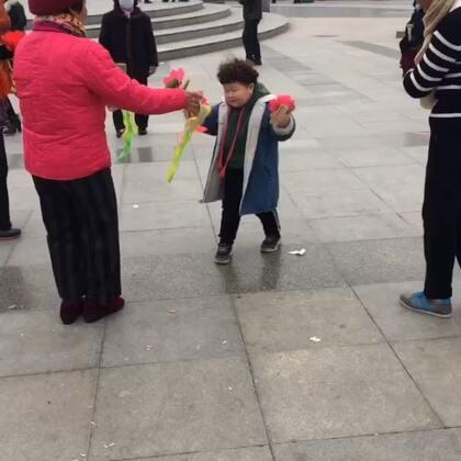 #宝宝#放学了自己要跟奶奶们玩一会😂