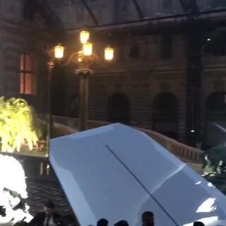在历史悠久的卢浮宫办一场未来感十足的秀是怎样一种体验~#巴黎时装周##带你上热门#