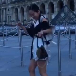 时尚博主Aimee song在LV秀场门口跳起了踢踏舞~#带你上热门##巴黎时装周#