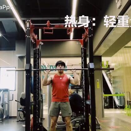 #钱老湿减脂季#【2】今天给大家分享一个肩部训练的动作,肩部的肌群训练只要注意稳定肩胛骨,不要让其余的肌肉参与过多,所以,重量不要用太大哦,其实每天都在练,但不是每天都有拍视频,有问题的同学可以留言我来解答@美拍小助手