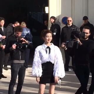 🇫🇷2018#巴黎时装周##江疏影# 被小姐姐的腿迷到了~又长又直,白的发光