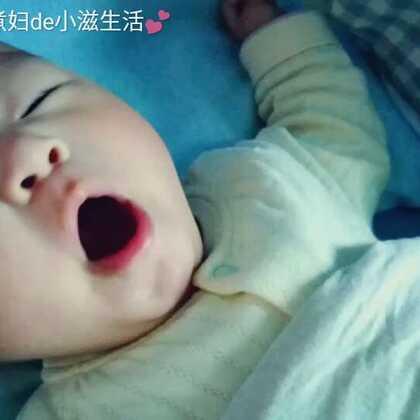 #悠家的日常##宝宝#4M+2,早上六点🕕多就起床的#小灏儿#,太阳初升的时候,伴随着小宝的闹觉声还有投进客厅的第一缕阳光。我就这样轻轻地拍拍他,他挣扎着(想要麻麻抱着哄睡)但浓浓的睡意又上来了😘早餐有手做的豆沙包和肉包子……