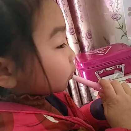#美妆#小调皮喜欢臭美哈哈,她也蛮喜欢吃榴莲糖的。