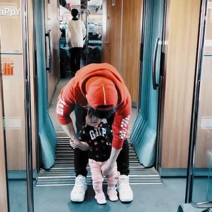 #钱老湿带娃日常#高铁途中娃娃不耐烦怎么办,教你一招,特别好用,哈哈哈