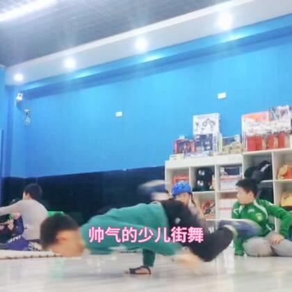来自龙酷街舞少儿班的多多小朋友为大家展示Breaking技巧舞飞机转!#精选##舞蹈##宝宝#