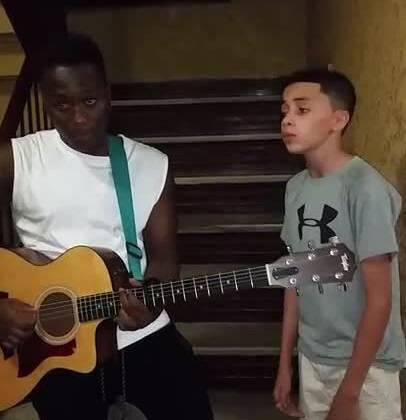 国外一15岁的小男孩的即兴演唱,一开口就被震惊了!! 而与黑人兄弟和声也是醉了,怎么可以这么好听!!😭 #音乐##外国视频精选#