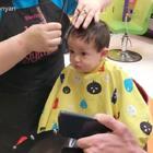 Ryan瑾瑜十个月➕1 第三次剪发 现在可以寄几坐着剪 一副若有所思的样子 哈哈哈