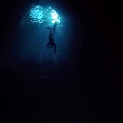 美丽的广西喀斯特地貌溶洞,清澈幽静的地下水,在这里自由潜像是一种心灵的洗礼!#自由潜##运动##freediving#