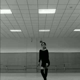 """#舞蹈##拉丁舞#练习""""脚底细节随拍""""。美拍申V成功,万分感谢@美拍小助手 。佳小言会继续努力嘚!"""