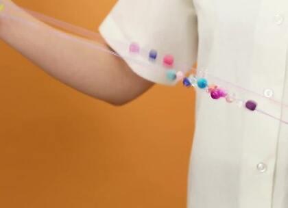手工DIY:做一款可爱的拉绳小玩具,彩色的珠子能够吸引宝宝的注意力,弹力拉绳还能够锻炼宝宝的抓握和协调能力#宝宝##DIY##育儿#@美拍小助手 贝贝粒,让育儿充满欢笑。