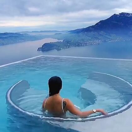 #瑞士#阿尔卑斯山脉#旅行#滑完雪来瑞士的网红spa酒店 太美了 好幸福! 悬崖酒店俯小镇和阿尔卑斯还有湖 无边温泉水疗按摩冒泡泡 爽歪歪 这应该就是仙境的顶端…#阿尔卑斯山#