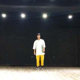 #舞蹈##郑州175舞蹈培训#我们的走心lynn??难以想象这么娇小的身躯蕴藏了这么大的力量??小编觉得这股能量来自舞蹈。不管是即将到来的集训课还是紧随其后的全日制教练班,lynn导师都会带着你运用爆发和延伸去碰撞音乐,迸发能量!??choreography by Akanen。 @175–Lynn @舞蹈频道官方账号
