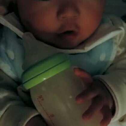 """#宝宝##小灏儿#4M+3D,多数时候他还是很乖的,但是也有闹人让人精疲力尽的时候,某个晚上凌晨一点多了还不睡,睁着无辜大眼,抱着它的奶瓶(却不喝奶)""""咿咿呀呀""""跟我们说了一堆婴语,让人抓狂😴😴😭😭😭"""