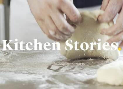 这款格鲁吉亚的国粹如此受欢迎,以至于经济学家用制作这款面包的成本作为衡量格鲁吉亚通货膨胀的指数。奶酪和鸡蛋在香喷喷的面包上融为一体,让你的一天从早上开始充满能量。#糕点##美食##烘焙#