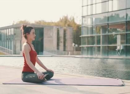 瑜伽教学:坐立山式助你增强背部力量,告别腰酸驼背#瑜伽##健身##宝宝#