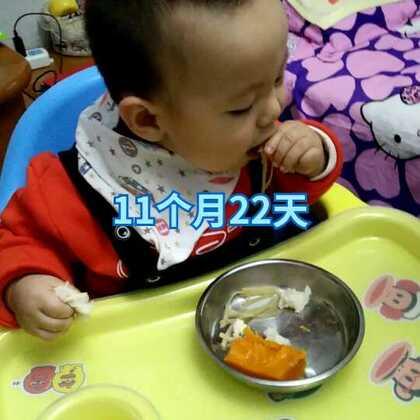 第一次坐着自己吃饭,吃的土豆丝 蒸南瓜 馒头 小米汤#宝宝成长记#