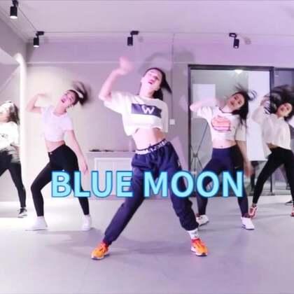 四节课,《BLUE MOON》按照原视频超高还原,👀眼睛要怀孕了🤰,赶快进来一睹,记得留下你们的小❤️❤️❤️哦!小编我已忍不住偷偷看了几十遍😏#舞蹈##blue moon##原创#@美抓抓小助手 @美拍每日精选 @美拍小助手 @舞蹈频道官方账号 @W-雯子Jagger