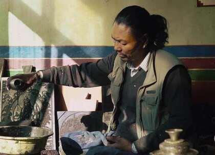 揭秘西藏木板雕刻家族,比机器刻的生动,有人不远千里慕名来买#二更视频##守艺人##我要上热门#