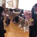 日本毕业季的一个告白时刻,男生边害羞边鼓足勇气向女生说出自己的心声,同学朋友在一旁起哄,连老师都一脸慈父般的笑容……青春真好!羡慕了❤