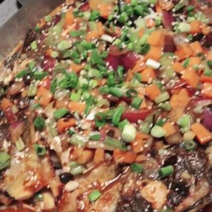 晚上去吃的烤鱼 一条大清江鱼 选的豆豉味 给Ethan点的儿童套餐 配的三大块三文鱼 全吃了#吃秀##美食##热门#