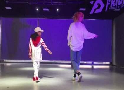 #舞蹈##ikon - love scenario# 我真的非常喜欢这个小女孩,很有天赋,更多的,是努力与认真,还有坚持,很开心跟她一起拍视频️视频拍摄@舞林秘籍。场地提供@太原星期舞街舞爵士舞