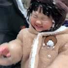 #宝宝##日常##玩雪#北京下雪的那段时间我们正好错过了…还好北京又补了一场雪给我们!第一次玩雪~还很恐慌。才发现这个小孩对草坪有恐惧症…我非要给她治病一治哈哈哈哈哈哈😂三月份还下雪也是太惊讶了 我还以为有人在楼上撒纸片呢