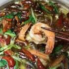 最近超级火爆的网红沸腾虾!!!据说看到的吃货都跃跃欲试的想沸腾一锅,记得大虾提前腌制,油别太多,吃完的油还可以继续炒菜,还有,确实挺好吃😍😍 喜欢的点个赞呗😘#意想不到的结局##美食##蘑菇食堂#