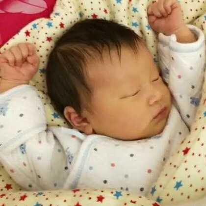 #宝宝#今天十八天了,这睡觉的姿势😊😊😊