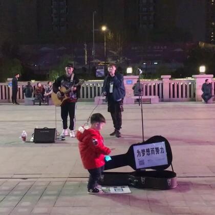#街头艺人##音乐#小哥哥唱得好好听!